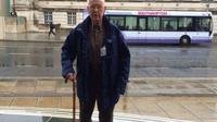 Pria tua ini mengaku kesepian dan merindukan istrinya yang sedang sakit