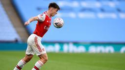 Bek Arsenal, Kieran Tierney mengontrol bola saat bertanding melawan Manchester City pada pertandingan semifinal Piala FA di Wembley di London, Inggris, Sabtu, (18/7/2020). Arsenal menang 2-0 atas City.  (AP Photo/Justin Tallis, Pool)