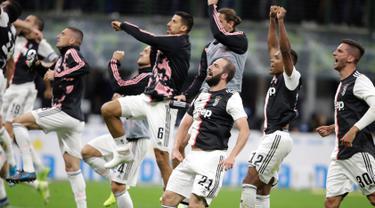 Para pemain Juventus merayakan kemenangan mereka atas Inter Milan dalam lanjutan kompetisi Serie A 2019-2020 di Stadion Giuseppe Meazza, Minggu (6/10/2019). Juventus memenangi duel bertajuk Derby d'Italia dengan keunggulan 2-1 atas Inter. (AP/Luca Bruno)