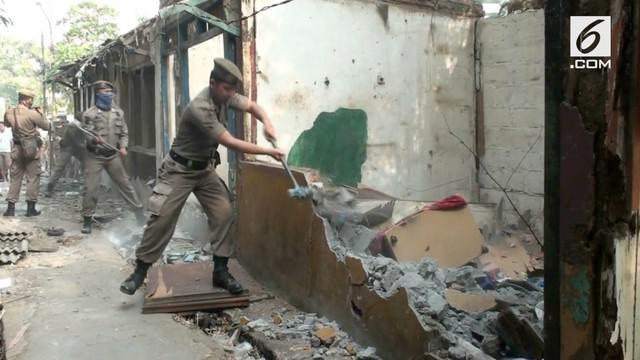Pemerintah kota Jakarta Timur membersihkan 40 lebih bangunan milik PKL yang telah berdiri lebih dari 25 tahun.