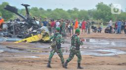 Suasana area helikopter MI-17 v 5 HA 5142 milik TNI AD yang terjatuh di kawasan industri Kendal, Jawa Tengah, Sabtu (6/6/2020). Helikopter tersebut sedang melaksanakan misi latihan terbang sebagai bagian dari program Pendidikan Calon Perwira Penerbang 1. (Liputan6.com/Gholib)