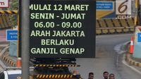 Petugas mengarahkan kendaraan berplat genap berputar balik di Gerbang Tol Bekasi Barat 1, Bekasi, Jawa Barat, Selasa (13/3). Hari kedua penerapan ganjil genap, masih banyak kendaraan berputar balik di gerbang tol tersebut. (Liputan6.com/Arya Manggala)
