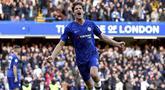 Bek Chelsea, Marcos Alonso, melakukan selebrasi usai membobol gawang Newcastle United pada laga Premier League 2019 di Stadion Stamford Bridge, Sabtu (19/10). Chelsea menang 1-0 atas Newcastle United. (AP/Steven Paston)