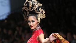 "Model membawakan busana rancangan Anne Avantie di Jakarta Fashion Week (JFW) 2016 di Senayan City, Jakarta, Selasa (27/10/2015). Koleksi kali ini Anne Avantie bertema ""Gambang Semarang"". (Liputan6.com/Herman Zakharia)"