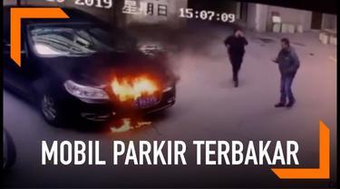 Dua orang bocah memasukkan kembang api menyala ke mesin mobil yang parkir. Akibatnya mobil tersebut terbakar.
