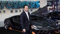 Mark Wahlberg berpose didepan mobil Lamborghini Centenario saat pemutaran perdana film 'Transformers, The Last Knight' di London (18/6). Lamborghini ini akan muncul dalam film Transformers ke-5. (Vianney Le Caer/AP Images for Automobili Lamborghini)