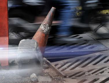 Penutup Selokan Ambles Bikin Kemacetan di Kolong Manggarai