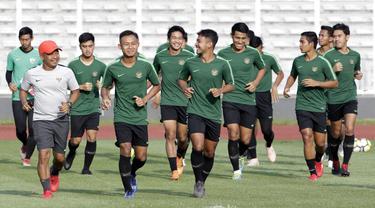 Pemain Timnas Indonesia U-22 saat latihan di Stadion Madya, Senayan, Jakarta, Senin (4/3). Latihan tersebut untuk persiapan kualifikasi Piala AFC U-23. (Bola.com/M Iqbal Ichsan)