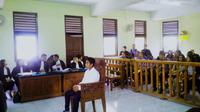 Terdakwa kasus pembunuhan bocah Angeline, Agus Tay, menjalani sidang di Pengadilan Negeri Denpasar, Bali, Kamis (22/10/2015). (Liputan6.com/Dewi Divianta)