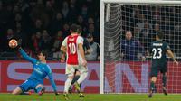 Kiper Real Madrid, Thibaut Courtois menyelamatkan gawangnya saat menghadapi Ajax pada leg pertama 16 besar Liga Champions di Johan Cruijff ArenA, Amsterdam, Rabu (13/2). Real Madrid harus bersusah payah menaklukkan Ajax dengan skor 2-1. (AP/Peter Dejong)