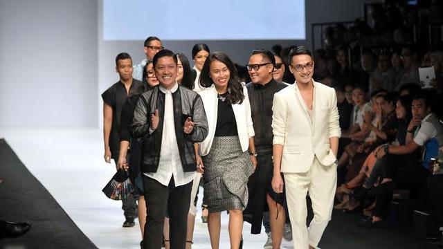 8 Desainer Indonesia Bikin Heboh Jakarta Fashion Week 2015