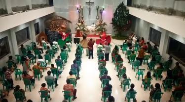 Pentas tokoh Sinterklas menari sufi usai Misa Malam Natal di Gereja Paroki St. Theresia Majenang, Cilacap. (Foto: Liputan6.com/Dok. Imam Hamidi)