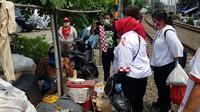 Relawan Solmet membagikan bantuan sembako untuk terdampak corona. (Istimewa)
