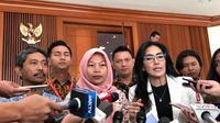 Baiq Nuril didampingi politikus PDIP Rieke Diah Pitaloka di Gedung Parlemen, Senayan. (Delvira Hutabarat)