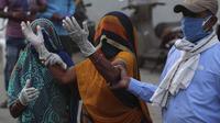 Seorang kerabat pasien yang meninggal karena COVID-19, berduka di luar rumah sakit pemerintah khusus COVID-19 di Ahmedabad, India, pada Selasa (27/4/2021). Kasus virus corona di India melonjak lebih cepat dari tempat lain di dunia. (AP Photo/Ajit Solanki)