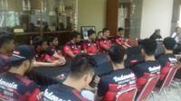 Wakil Ketua Umum V PP. PBVSI, Bambang Suedi, saat mengumumkan nama-nama pemain Pelatnas (ist)