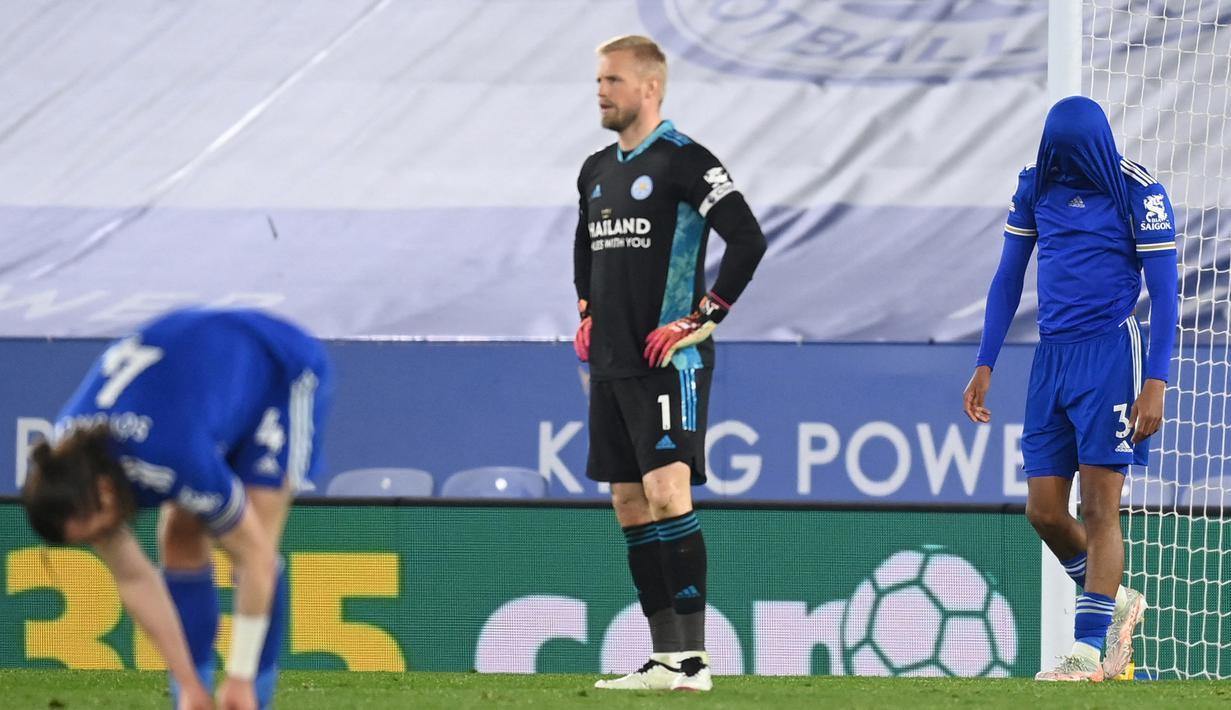 Ekspresi kecewa kiper Leicester City, Kasper Schmeichel (tengah) dan kawan-kawan usai Newcastle United mencetak gol ketiga dalam laga lanjutan Liga Inggris 2020/2021 pekan ke-35 di King Power Stadium, Leicester, Jumat (7/5/2021). Leicester kalah 2-4 dari Newcastle. (AFP/Michael Regan/Pool)