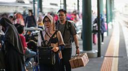Penumpang turun dari kereta api Taksaka Yogyakarta tiba dI Stasiun Gambir, Jakarta, Minggu (9/6/2019). Pada H+4 Lebaran yang merupakan puncak arus balik lebaran, sebanyak 78.249 orang tiba di Jakarta melalui Stasiun Gambir sejak 6 Juni 2019 sampai dengan hari ini. (Liputan6.com/Faizal Fanani)