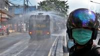 Mobil Water Cannon milik Polisi menyemprotkan Disinfektan di jalan Slipi, Jakarta, Selasa (31/3/2020). Meluasnya Covid-19 membuat petugas kepolisian Berinisiatif menyemprotkan Disinfektan menggunakan Water Cannon memutari jalan, Petamburan, Slipi Raya Jakarta Barat. (Liputan6.com/Johan Tallo)