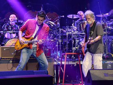 Tampil memesona dihadapan penggemarnya, John Mayer memilih menggunakan pakaian yang santai seperti kaos dan celana jenas. Tak lupa ditambah kemeja tak dikancing menambah kesan casual (Sumber: Kapanlagi/Rita)