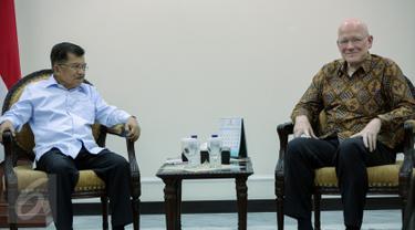Wapres Jusuf Kalla menerima kunjungan perwakilan Bill and Melinda Gates Foundation di kantor Wapres, Jakarta, Senin (26/10). Pertemuan itu membahas perbaikan 550 perpustakaan yang tersebar di 451 desa di Indonesia. (Liputan6.com/Faizal Fanani)