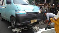 Tak hanya menderek angkot yang ngetem sembarangan, petugas juga menertibkan parkir liar, para PKL, penyandang masalah kesejahteraan sosial. (Liputan6.com/Muslim AR)
