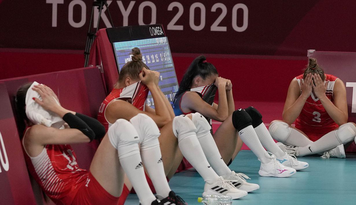 Para pemain Turki menutupi wajahnya setelah timnya kalah dari Korea Selatan dalam pertandingan perempat final bola voli putri di Olimpiade Musim Panas 2020 di Tokyo, Jepang, Rabu (4/8/2021). Turki kalah 2-3 (25-17, 17-25, 26-28, 25-18, 13-15) atas Korea Selatan. (AP Photo/Frank Augstein)