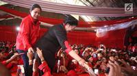 Ketua Umum PDIP Megawati Soekarnoputri dan Ketua DPP PDIP Puan Maharani menyalami kader dan simpatisan PDIP pada kampanye rapat umum di Solo, Jawa Tengah, Minggu (31/3). Pada kampenye tersebut kader dan simpatisan PDIP mewaspadaihoax dan fitnah. (Liputan6.com/HO/Iwan)
