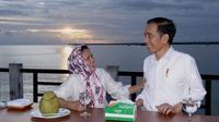 Presiden Jokowi dan Ibu Negara Iriana menikmati senja di Kabupaten Kaimana, Papua Barat. (Dok BPMI Setpres)