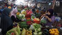 Pedagang melayani pembeli di Pasar Kebayoran, Jakarta, Selasa (1/10/2019). Badan Pusat Statistik (BPS) mencatat Indeks Harga Konsumen pada September 2019 mengalami deflasi sebesar 0,27 persen. Posisi ini lebih rendah dari deflasi Agustus 2019 sebesar 0,68%. (Liputan6.com/Angga Yuniar)