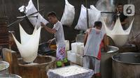 Pekerja menyaring air rebusan kedelai untuk pembuatan tahu di industri rumahan kawasan Jakarta, Selasa (17/12/2019). Pemerintah resmi memangkas bunga Kredit Usaha Rakyat (KUR) dari 7 persen menjadi 6 persen, kebijakan ini mulai berlaku pada Januari 2020 mendatang. (Liputan6.com/Angga Yuniar)
