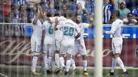 Para pemain Real Madrid, merayakan gol yang dicetak oleh Dani Ceballos ke gawang Deportivo Alaves pada laga La Liga di Stadion Mendizorroza, Sabtu (23/9/2017). Real Madrid menang 2-1 atas  Deportivo Alaves. (AP/Alvaro Barrientos)
