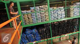 Sejumlah karyawan melakukan pengecekan di gudang pusat Consina yang baru saja diresmikan di Naragong, Bekasi, Senin (12/12). (Liputan6.com/Helmi Affandi)