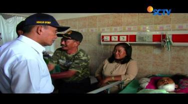Muhadjir Effendi menjenguk korban kritis ambruknya tembok bekas sarang walet, yang bernama Tri Intan pada Rabu pagi, di Rumah Sakit Gunungjati, Cirebon, Jawa Barat.