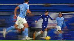 Pemain Chelsea Christian Pulisic berlari dengan bola saat melawan Manchester City pada pertandingan Liga Inggris di Stamford Bridge, London, Inggris, Minggu (3/1/2021). Manchester City mempermalukan Chelsea dengan skor 3-1. (AP Photo/Ian Walton/Pool)