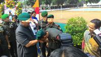Mayor Inf Agus Harimurti Yudhoyono mencium tangan ayahnya (Liputan6.com/Ahmad Romadoni)