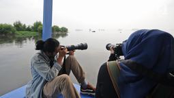 Komunitas anak muda Yayasan KEHATI Biodiversity Warriors melakukan pengamatan burung di kawasan Hutan Lindung Angke Kapuk, Jakarta, Sabtu (11/5/2019). Kegiatan itu untuk membarui data temuan burung air dalam rangka Hari Burung Migrasi Sedunia yang jatuh awal bulan Mei. (Liputan6.com/Herman Zakharia)