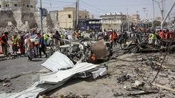 Tim penyelamat di lokasi pemboman di Mogadishu, Somalia (13/2/2021). Petugas polisi Abdullahi Aden, mengatakan bom meledak sekitar pukul 09.00 waktu setempat di kawasan yang semestinya steril karena dalam penjagaan ketat petugas. (AP Photo/Farah Abdi Warsameh)