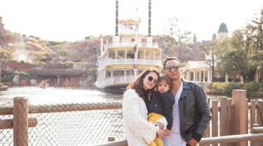Meski memiliki jadwal syuting padat, Ringgo Agus Rahman menyempatkan untuk bisa menghabiskan waktu bersama keluarga kecilnya itu. Ringgo terlihat pernah mengunjungi Jepang bersama Sabai Morscheck dan Bjorka. (Liputan6.com/IG/@sabaidieter)
