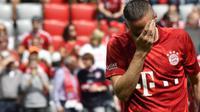 Franck Ribery melakoni laga terakhirnya bersama Bayern Munchen saat bersua Eintracht Frankfurt pada pertandingan pekan ke-34 Bundesliga Jerman di Allianz Arena, Sabtu (18/5/2019). (AFP/John MacDougall)