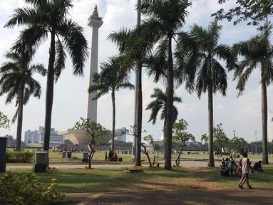 Pemandangan kawasan wisata Monumen Nasional (Monas) di Jakarta, Minggu (17/6). Di H+2 Lebaran, Monas masih menjadi salah satu destinasi wisata bagi warga Ibu Kota dan sekitarnya. (Liputan6.com/Immanuel Antonius)