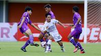 Gelandang Bali United, Kadek Agung (tengah) dikepung pemain Persita Tangerang dalam laga matchday ke-3 Grup D Piala Menpora 2021 di Stadion Maguwoharjo, Sleman, Jumat (2/4/2021). (Bola.com/M Iqbal Ichsan)