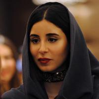 Seorang wanita menghadiri upacara pembukaan Arab Fashion Week di hotel Ritz Carlton di Riyadh (10/4). Arab Fashion Week akan berlangsung hingga 14 April 2018. (AFP Photo/Fayez Nureldine)