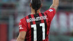 Pemain AC Milan Zlatan Ibrahimovic melakukan selebrasi usai mencetak gol ke gawang Lazio pada pertandingan Serie A Liga Italia di Stadion San Siro, Milan, Italia, Minggu (12/9/2021). Ibrahimovic tampil dengan tatanan rambut baru saat AC Milan mengalahkan Lazio 2-0. (Spada/LaPresse via AP)