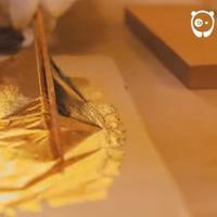 Di Kanazawa, Jepang, tumbuh subur 99% daun emas yang dibuat dengan metode tradisional. (Via: boredpanda.com)