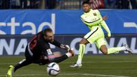 Neymar berhasil menaklukan kiper Atletico Madrid, Oblak. saat laga kedua perempat final Copa del Rey. Barcelona keluar sebagai pemenang dengan skor 3-2, Spanyol, Kamis (29/1/2015). (AFP Photo)