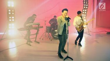Grup band NOAH (Ariel, David, dan Lukman) melakukan proses syuting video klip single bertajuk 'Wanitaku' di Musica Studio, Jakarta Selatan, Kamis (25/7/2019). Gitaris NOAH, Uki tidak tampak dalam suasana pengambilan gambar. (Fimela.com/Bambang Ekoros Purnama)
