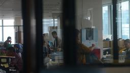 Suasana saat pegawai mulai masuk kerja usai libur Lebaran di Balai Kota DKI Jakarta, Rabu (21/6). Usai halalbihalal, pegawai Pemprov DKI mulai berkerja normal. (Merdeka.com/Imam Buhori)