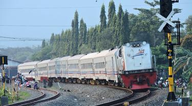 Ilustrasi – kereta api melintas di wilayah Daop 5 Purwokerto. (Foto: Liputan6.com/KAI Daop 5 PWT/Muhamad Ridlo)
