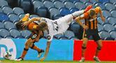 Pemain Leeds United, Mateusz Bogusz, berebut bola dengan pemain Hull City, George Honeyman, pada laga Piala Liga Inggris di Ellan Road, Kamis (17/9/2020). Hull City menang adu penalti dengan skor 9-8. (Phil Noble/Pool via AP)